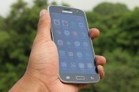 Смартфон Samsung Galaxy J2 2016 на фотографии